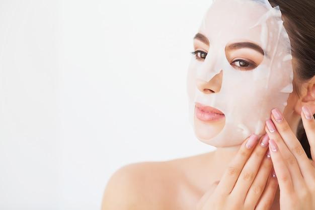 Cura della pelle. giovane femmina che rimuove maschera dalla pelle facciale. volto di bellezza donna