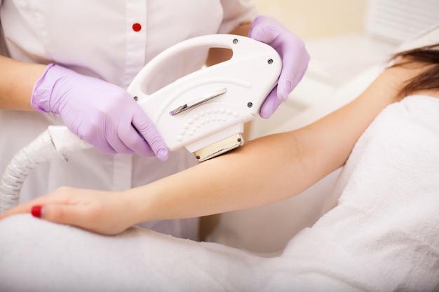 Cura della pelle. mani epilazione laser e cosmetologia. procedura di cosmetologia di rimozione dei capelli