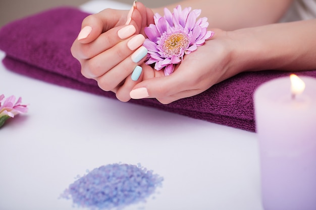 Cura delle unghie. primo piano di belle mani della donna con le unghie naturali nel salone di bellezza.