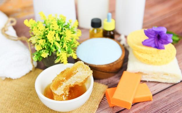 Cure naturali a base di erbe dermatologia cosmetica crema igienica per trattamenti di bellezza per la cura della pelle igiene personale scrub oggetti - prodotti da bagno naturali miele sapone erbe olio essenziale spa aromaterapia luce