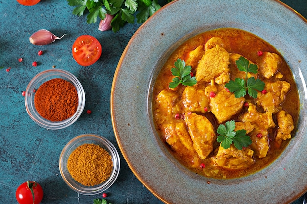 Curry con pollo e cipolle. cibo indiano. cucina asiatica. vista dall'alto