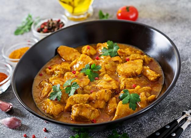 Curry con pollo e cipolle. cibo indiano. cucina asiatica.