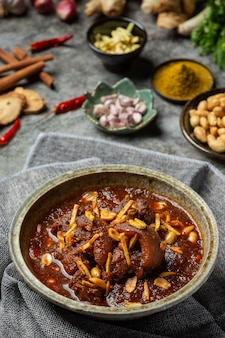 Curry di hunglae con le spezie e la carne di maiale, alimento locale in tailandia del nord.