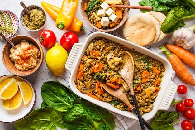 Curry di lenticchie vegane con verdure, vista dall'alto. sfondo di cibo basato sulla pianta sana.