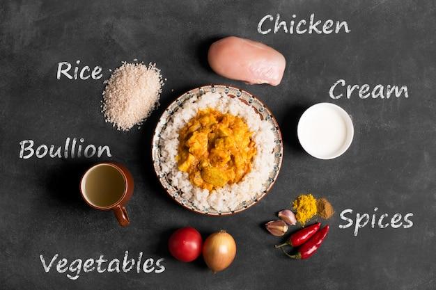 Curry di pollo con riso e iscrizione degli ingredienti