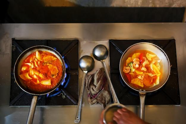 Curry di pollo su pietra nera con spazio di copia. vista dall'alto, piatto