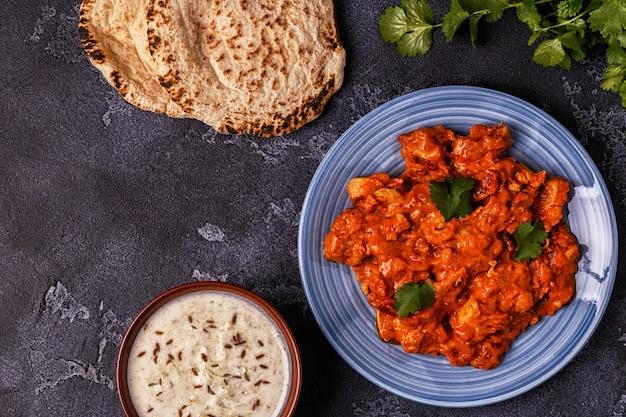 Curry indiano tradizionale con pollo