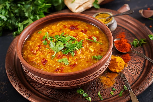Curry piccante indiano dhal in ciotola