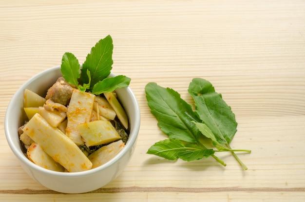 Curry rosso con i germogli di bambù e del pollo, alimento tailandese, tailandia