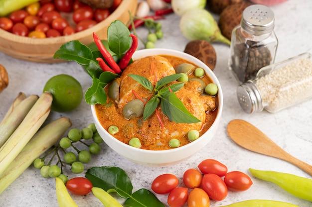 Curry rosso del pollo in una tazza nera