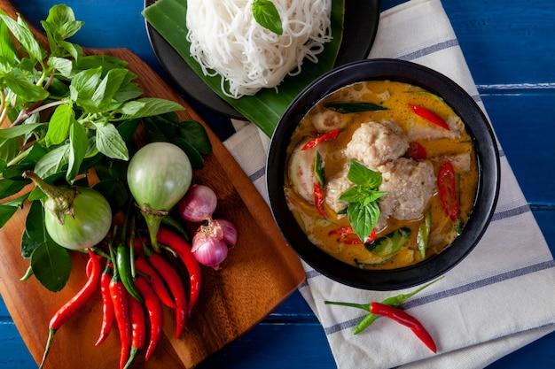 Curry verde con la palla di pesce su fondo di legno, cucina tailandese