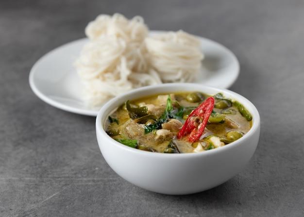 Curry verde con le tagliatelle di riso, vermicelli tailandesi del riso, alimento tailandese
