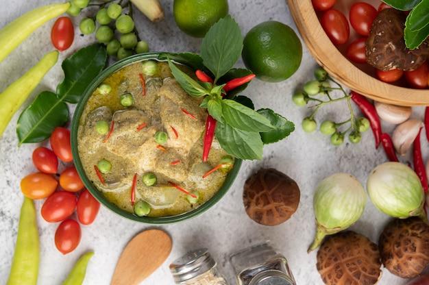 Curry verde del pollo in una ciotola.