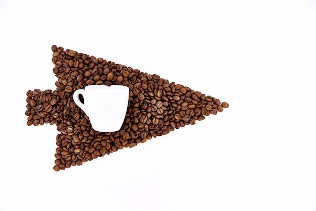 Cursore dei chicchi di caffè con una tazza bianca su una priorità bassa bianca.
