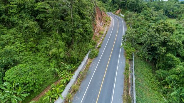 Curva della strada asfaltata nell'immagine dell'alta montagna da drone