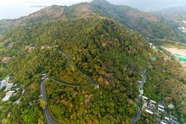 Curva della strada asfaltata nell'immagine dell'alta montagna dalla vista di occhio dell'uccello del fuco