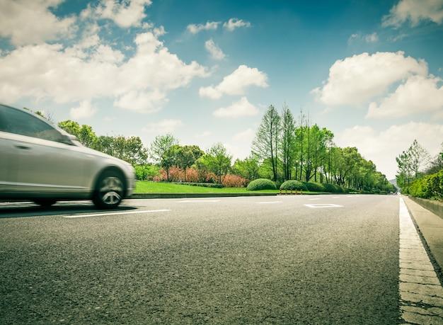 Curva di corsa di auto d'estate trasporto