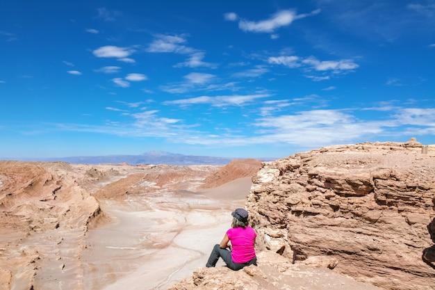 Curvatura a ferro di cavallo sul fiume colorado vicino alla pagina, turista della donna che esamina bella vista di tramonto, arizona, usa
