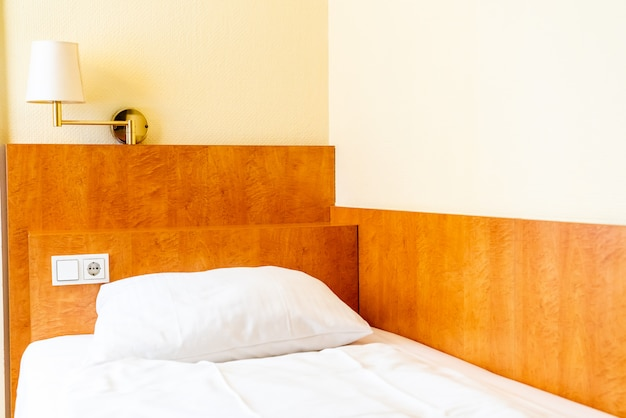 Cuscini bianchi sul letto