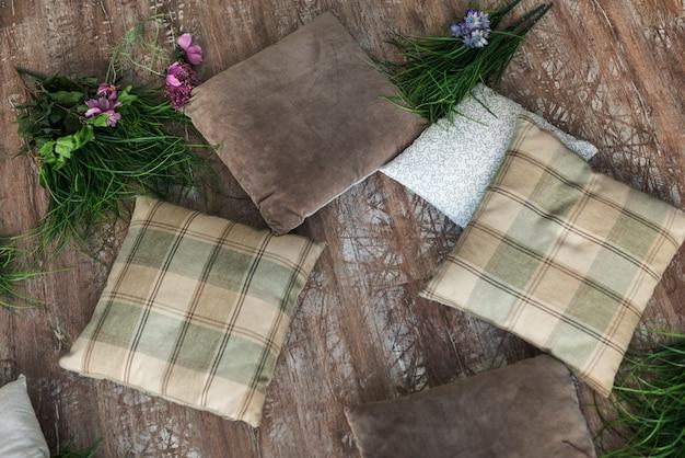 Cuscini con fiori sul pavimento di legno
