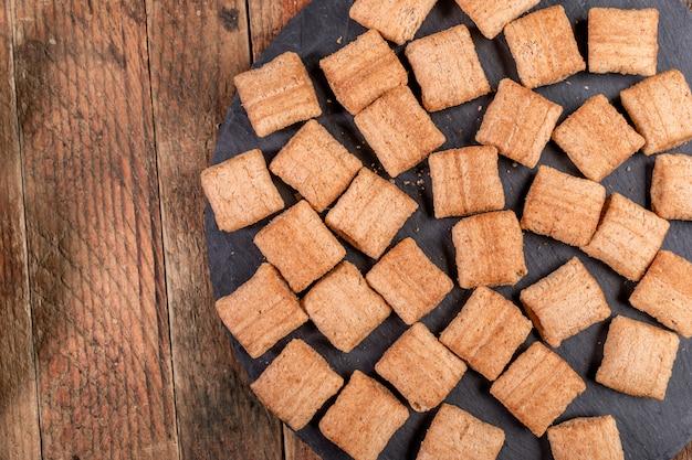 Cuscini di grano quadrati croccanti sul piatto