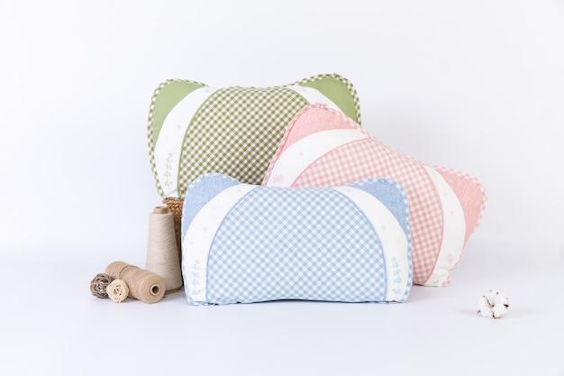 Cuscini su sfondo bianco