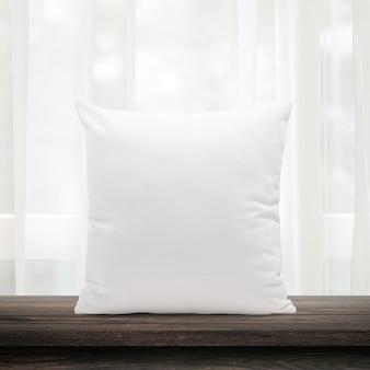 Cuscini vuoti realizzati in morbida piuma sulla finestra del mattino e tende