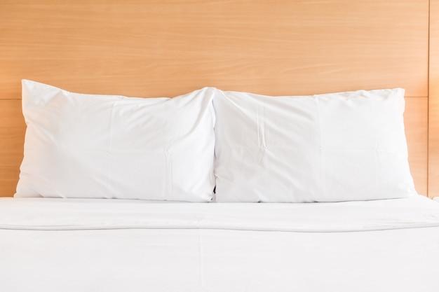 Cuscino bianco sul letto