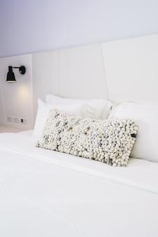 Cuscino bianco sulla decorazione del letto nel bellissimo interno camera da letto di lusso