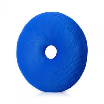 Cuscino blu con forma di ciambelle isolato su sfondo bianco.