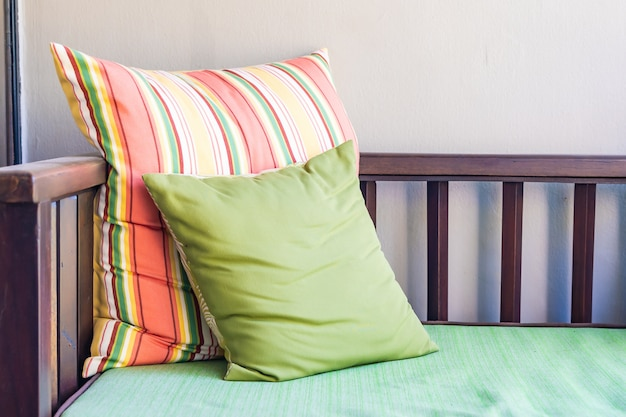 Cuscino comodo sulla decorazione della sedia del sofà all'aperto