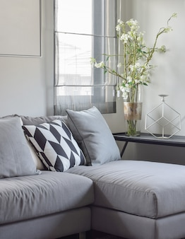 Cuscino con motivo a parallelogramma e cuscini grigi su grigio