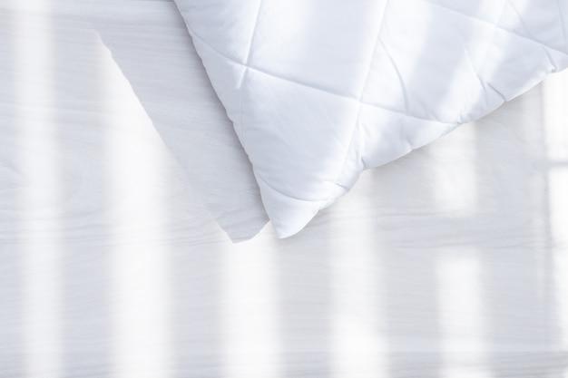 Cuscino ipoallergenico bianco nel giorno soleggiato, luce solare. concetto di allergia agli acari della polvere.