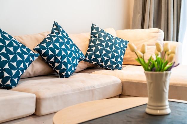 Cuscino sul divano decorazione nel soggiorno