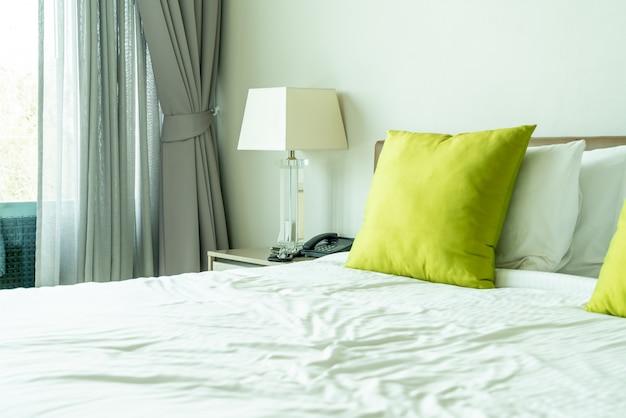 Cuscino sul letto decorazione nell'interno della camera da letto