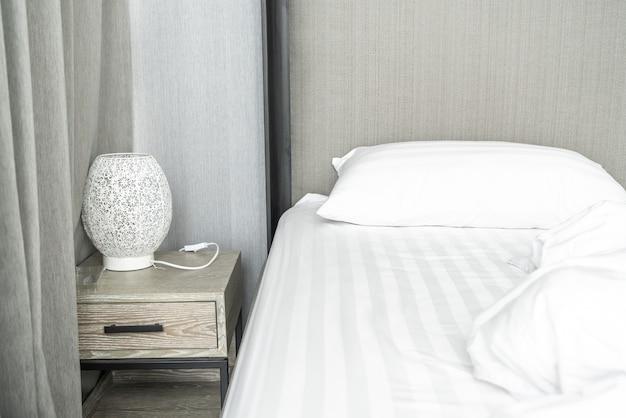 Cuscino sul letto e con coperta disordinata rughe in camera da letto