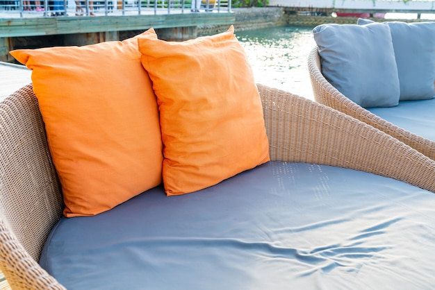 Cuscino sul patio esterno della decorazione del sofà