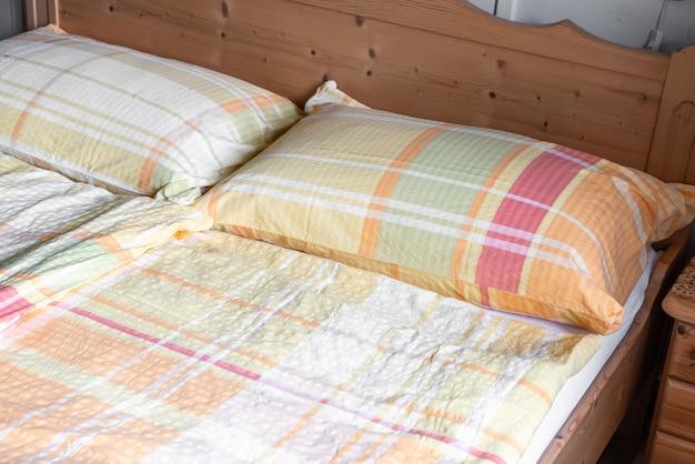 Cuscino sulla decorazione del letto in camera da letto