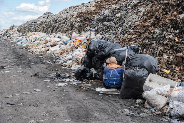Custode dei rifiuti nel sito della discarica.
