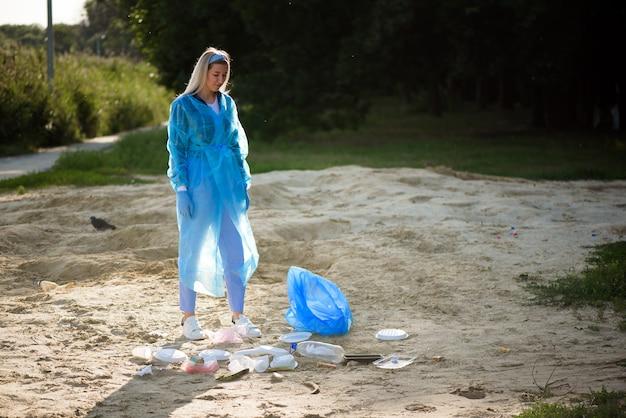 Custode della spazzatura o immondizia sulla spiaggia.
