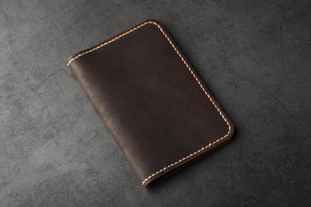 Custodia per passaporto in pelle marrone scuro. vera pelle, fatta a mano.