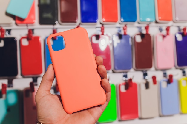 Custodie colorate per telefono in vendita nei negozi di telefoni cellulari.