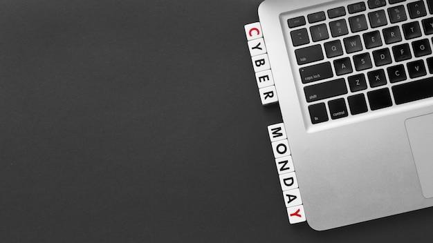 Cyber lunedì scritto con lettere di scrabble e spazio di copia del computer portatile