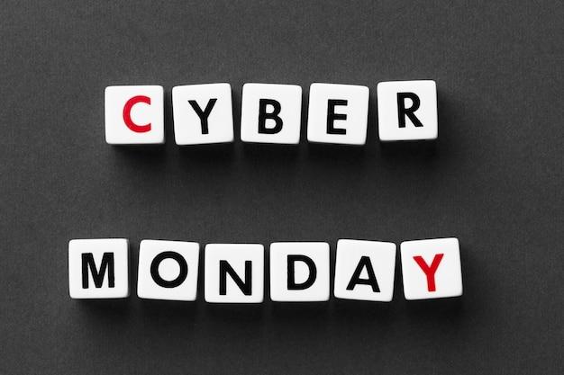 Cyber lunedì scritto con lettere di scrabble