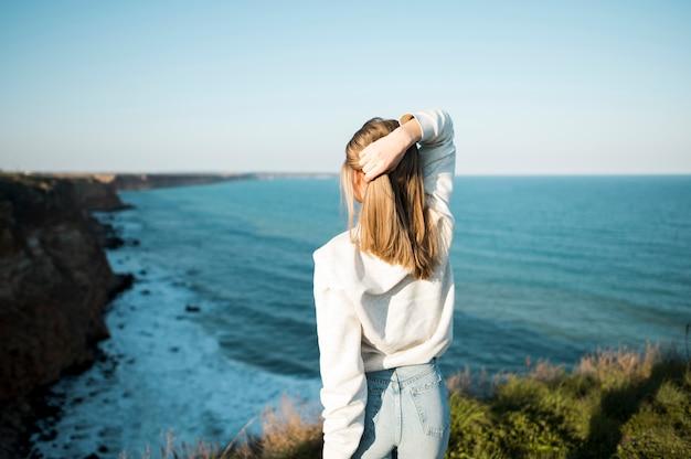 Da dietro la ragazza e il mare