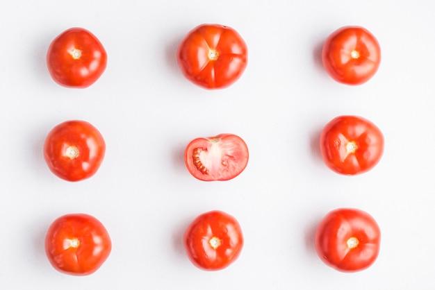 Da sopra composizione di pomodori maturi