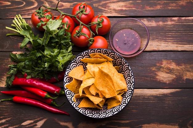Da sopra la disposizione di nachos e verdure