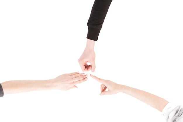 Da sopra mani che giocano con le forbici in carta di roccia