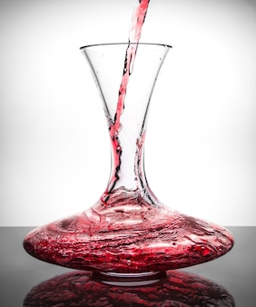 Dacanter con vino rosso