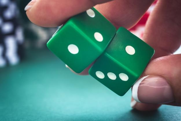 Dadi di gioco sul tavolo da poker verde